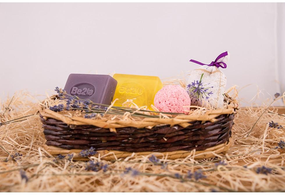 Dárkový koš březové kosmetiky Be2la® - 2 mýdla, koule do koupele/srdíčka, levandulový pytlíček
